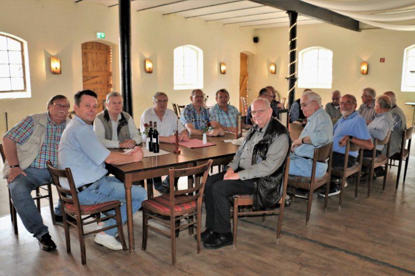 """An einem Sonntagmorgen Ende August dieses Jahres machten sich die """"Senioren 60+"""" der Schützengemeinschaft Altenhagen auf den Weg in die Mittelweser-Landschaft nach Nienburg. Frühstücken auf der..."""